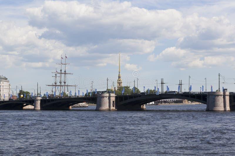 Άποψη σχετικά με τη γέφυρα ανταλλαγής από το ανάχωμα Makarov στη Αγία Πετρούπολη στοκ φωτογραφία