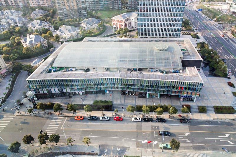 Άποψη σχετικά με τη λεωφόρο αγορών και τα κατοικημένα κτήρια σε Guangzhou στοκ εικόνες