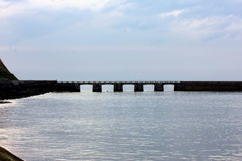 Άποψη σχετικά με τη θάλασσα στο EN bessin λιμένων στη Νορμανδία στοκ φωτογραφία με δικαίωμα ελεύθερης χρήσης