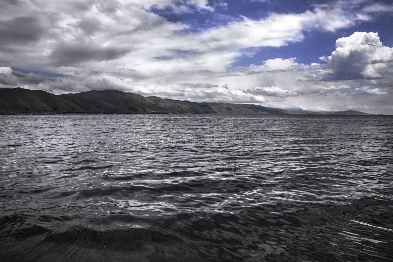 Άποψη σχετικά με τη λίμνη βουνών στοκ εικόνα