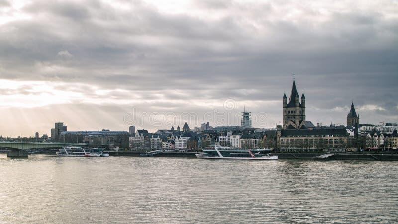Άποψη σχετικά με τη μεγάλους εκκλησία του ST Martin και τον πύργο του Δημαρχείου στην Κολωνία στοκ εικόνες με δικαίωμα ελεύθερης χρήσης