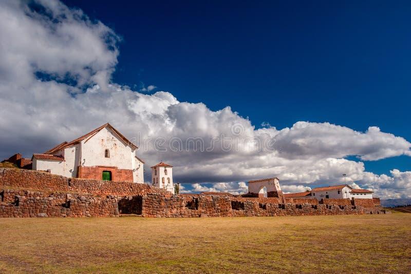 Άποψη σχετικά με τη μικρή αγροτική πόλη Chinchero στην ιερή κοιλάδα στοκ εικόνες με δικαίωμα ελεύθερης χρήσης