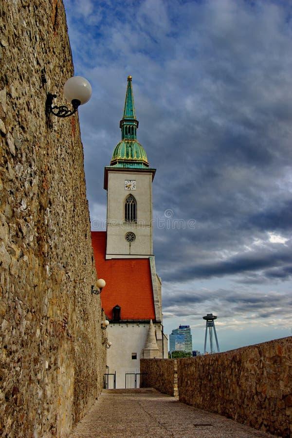 Άποψη σχετικά με τον καθεδρικό ναό Αγίου Martin, τους τοίχους πόλεων και το σύγχρονο κέντρο της Μπρατισλάβα, Σλοβακία στοκ εικόνες