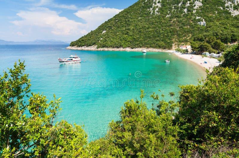 Άποψη σχετικά με τον καταπληκτικό κόλπο με την όμορφη παραλία στη νότια Δαλματία, Κροατία στοκ φωτογραφίες