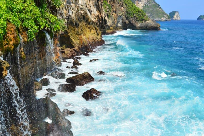 Άποψη σχετικά με τον καταρράκτη βουνών και τον Ινδικό Ωκεανό από τους απότομους βράχους στοκ φωτογραφίες με δικαίωμα ελεύθερης χρήσης