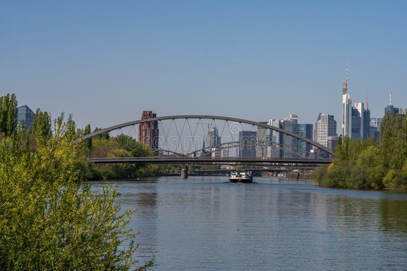 άποψη σχετικά με τον κύριους ποταμό και τον ορίζοντα της Φρανκφούρτης από τον αιγιαλό, Φρανκφούρτη, hesse, Γερμανία στοκ φωτογραφία
