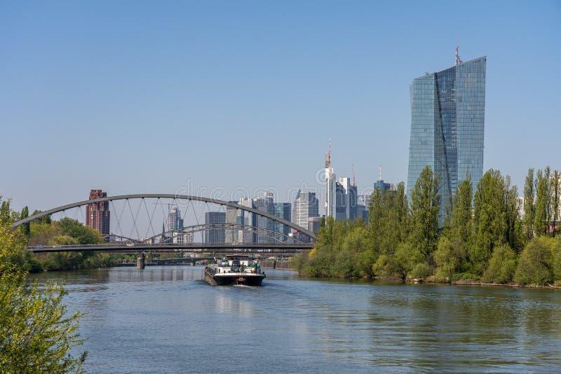άποψη σχετικά με τον κύριους ποταμό και τον ορίζοντα της Φρανκφούρτης από τον αιγιαλό, Φρανκφούρτη, hesse, Γερμανία στοκ εικόνες