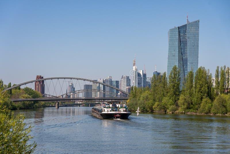 άποψη σχετικά με τον κύριους ποταμό και τον ορίζοντα της Φρανκφούρτης από τον αιγιαλό, Φρανκφούρτη, hesse, Γερμανία στοκ φωτογραφίες με δικαίωμα ελεύθερης χρήσης