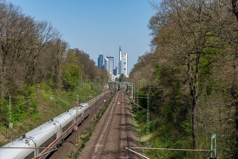 άποψη σχετικά με τον ορίζοντα της Φρανκφούρτης με το σιδηρόδρομο στο κέντρο, Φρανκφούρτη, hesse, Γερμανία στοκ φωτογραφία