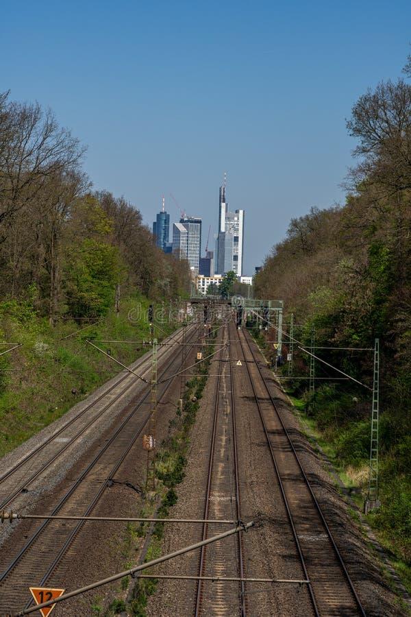 άποψη σχετικά με τον ορίζοντα της Φρανκφούρτης με το σιδηρόδρομο στο κέντρο, Φρανκφούρτη, hesse, Γερμανία στοκ φωτογραφίες