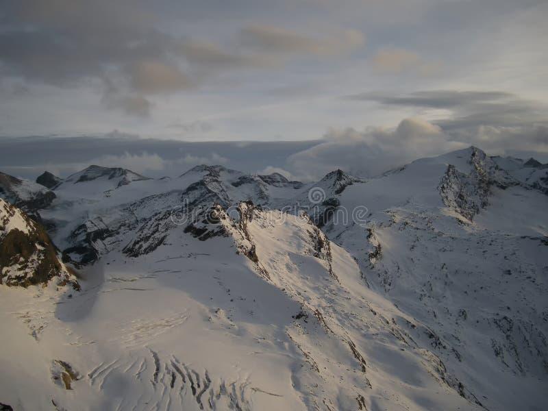 Άποψη σχετικά με τον παγετώνα στο ηλιοβασίλεμα το βράδυ στοκ εικόνα