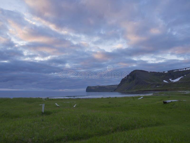 Άποψη σχετικά με τους όμορφους απότομους βράχους στον όρμο Hloduvik στην επιφύλαξη φύσης δυτικών φιορδ Hornstrandir στην Ισλανδία στοκ εικόνα με δικαίωμα ελεύθερης χρήσης
