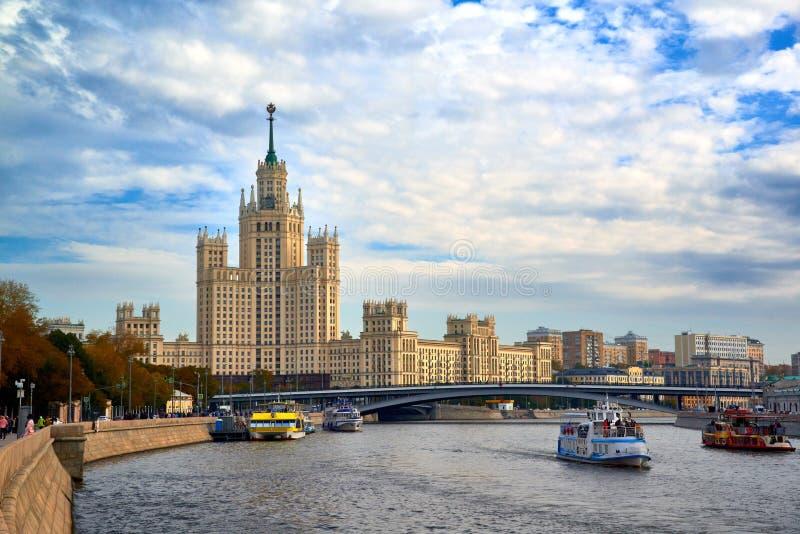 Άποψη σχετικά με το ανάχωμα και τη πολυκατοικία Moskvoretskaya στο ανάχωμα και τον moskva-ποταμό Kotelnicheskaya στοκ φωτογραφίες