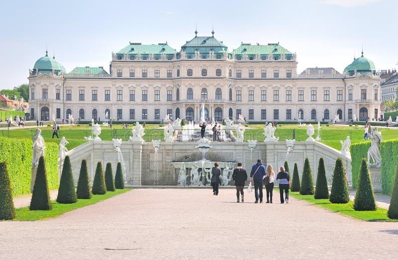 Άποψη σχετικά με το ανώτερο παλάτι πανοραμικών πυργίσκων με τον κήπο πάρκων σύνθετο, Βιέννη στοκ φωτογραφίες με δικαίωμα ελεύθερης χρήσης