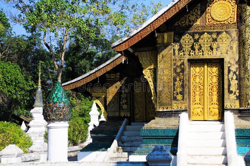 Άποψη σχετικά με το βουδιστικό ναό ενάντια στο μπλε ουρανό - λουρί Wat Xieng, Luang Prabang, Λάος στοκ εικόνα