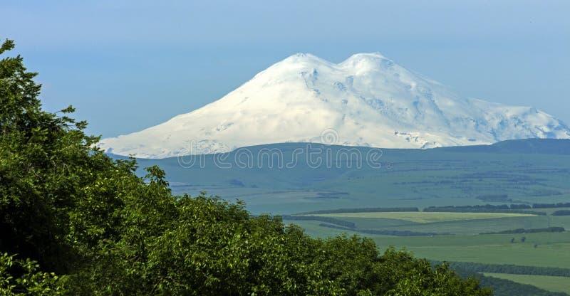 Άποψη σχετικά με το βουνό Elbrus της πόλης Pyatigorsk στοκ φωτογραφία με δικαίωμα ελεύθερης χρήσης