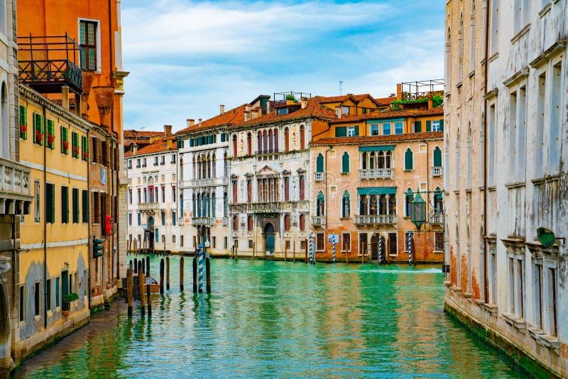 Άποψη σχετικά με το κανάλι με βαρκών και motorboat γονδολών το νερό/τον ποταμό στοκ φωτογραφίες