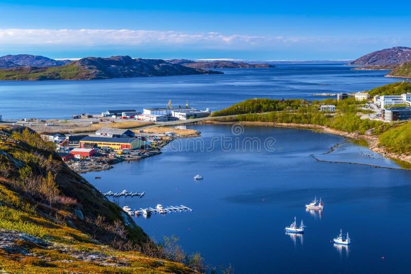 Άποψη σχετικά με το λιμάνι της Νορβηγίας με τη μικρή πόλη στοκ εικόνα με δικαίωμα ελεύθερης χρήσης