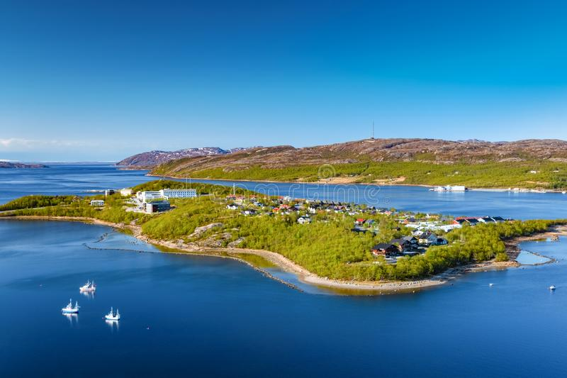 Άποψη σχετικά με το λιμάνι της Νορβηγίας με τη μικρή πόλη στοκ εικόνες