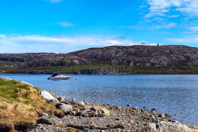 Άποψη σχετικά με το λιμάνι της Νορβηγίας με τη μικρή πόλη στοκ φωτογραφία με δικαίωμα ελεύθερης χρήσης