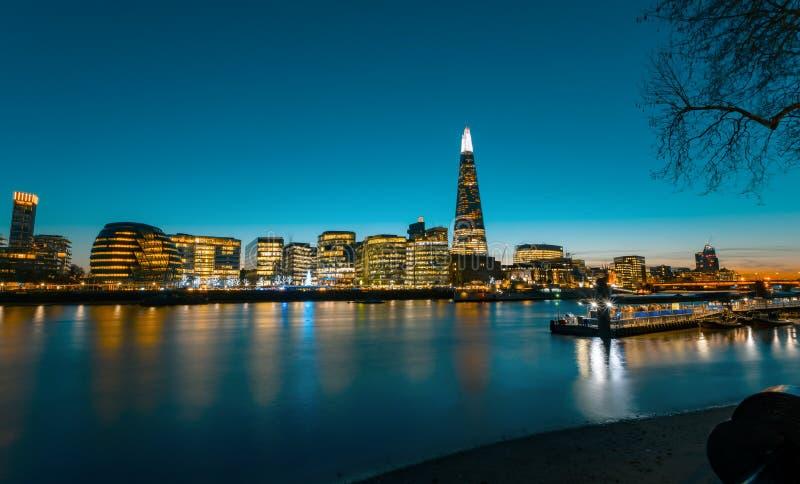 Άποψη σχετικά με το πανόραμα εικονικής παράστασης πόλης του Λονδίνου στο ηλιοβασίλεμα, σύγχρονο ύφος στοκ εικόνες