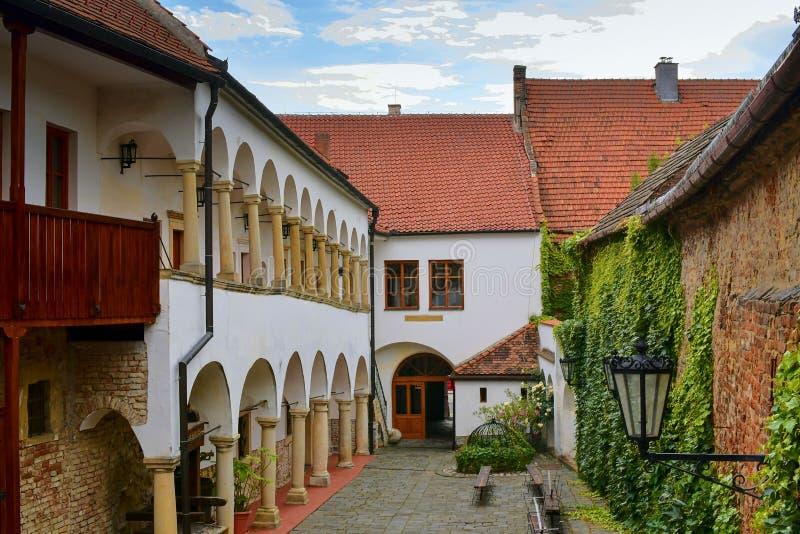 Άποψη σχετικά με το ρομαντικό αστικό τοπίο Ιστορικό αστικό κατώφλι Σπίτι αναγέννησης με τα arcades στοκ εικόνα με δικαίωμα ελεύθερης χρήσης