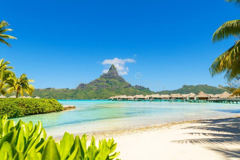 Άποψη σχετικά με το υποστήριγμα Otemanu μέσω της τυρκουάζ λιμνοθάλασσας στο τροπικό νησί Bora Bora, Ταϊτή, γαλλική Πολυνησία, Ειρ στοκ εικόνες