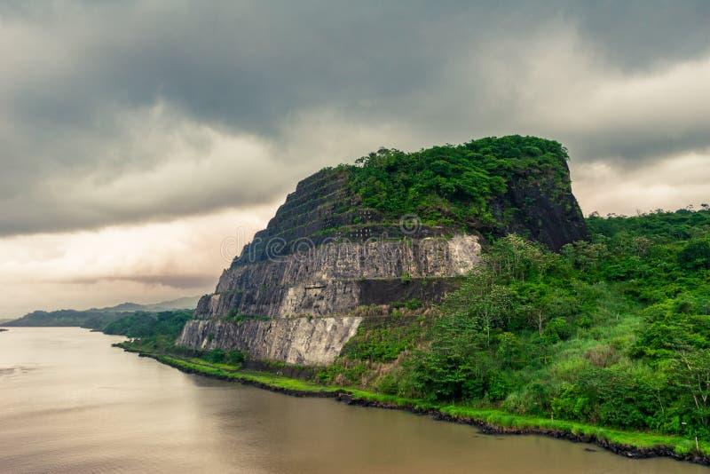 Άποψη σχετικά με το χαρακτηριστικό δύσκολο βουνό στο κανάλι του Παναμά στοκ εικόνες