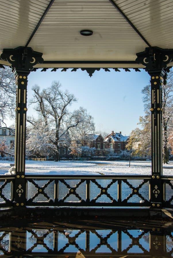Άποψη σχετικά με το χιονώδες Oranjepark Άπελντορν από το περίπτερο μουσικής στοκ εικόνες