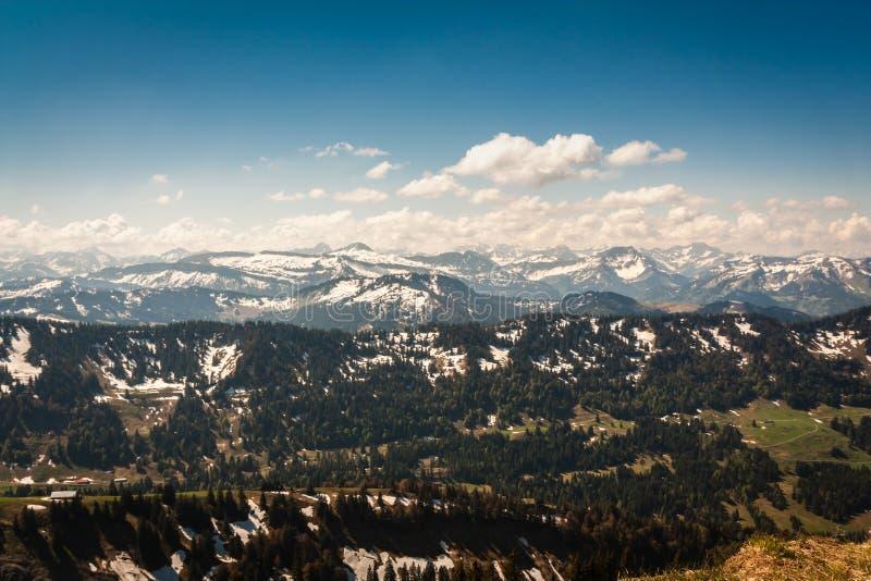 Άποψη σχετικά με το Allgäu Alpes από τη σύνοδο κορυφής Hochgrat στοκ φωτογραφίες
