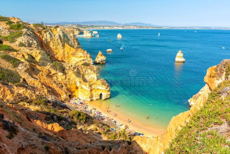 Άποψη σχετικά με το Camilo Beach στο Λάγκος, περιοχή του Αλγκάρβε στη νότια Πορτογαλία στοκ εικόνα