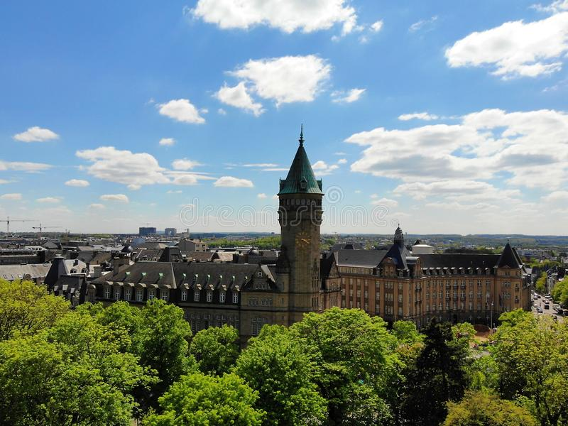 Άποψη σχετικά με το Castle άνωθεν Δημιουργήστε από τον κηφήνα, στη λουξεμβούργια πόλη, την πρωτεύουσα του μικρού, αλλά έτσι καταπ στοκ εικόνα