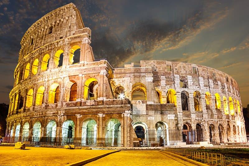 Άποψη σχετικά με το Coliseum στο λυκόφως, κανένας άνθρωπος στοκ εικόνες