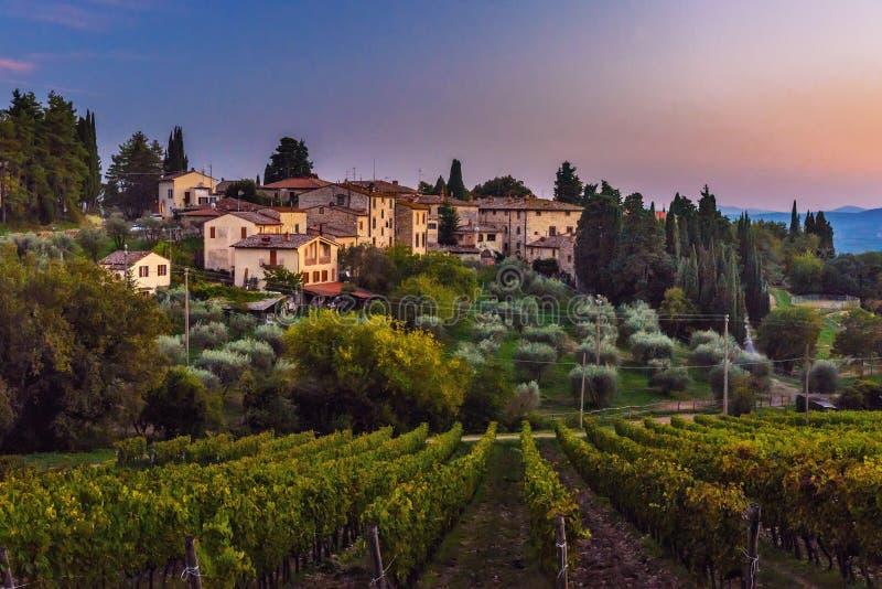 Άποψη σχετικά με Fonterutoli στο ηλιοβασίλεμα Είναι χωριουδάκι Castellina σε Chianti στην επαρχία της Σιένα Τοσκάνη Ιταλία στοκ φωτογραφία με δικαίωμα ελεύθερης χρήσης