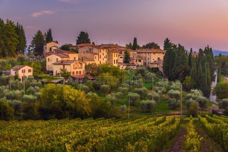 Άποψη σχετικά με Fonterutoli στο ηλιοβασίλεμα Είναι χωριουδάκι Castellina σε Chianti στην επαρχία της Σιένα Τοσκάνη Ιταλία στοκ εικόνες