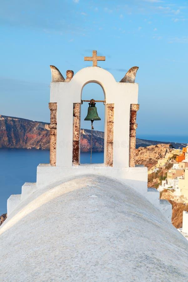Άποψη σχετικά με Oia το χωριό στο νησί Santorini πέρα από τους πύργους κουδουνιών εκκλησιών στοκ φωτογραφίες με δικαίωμα ελεύθερης χρήσης