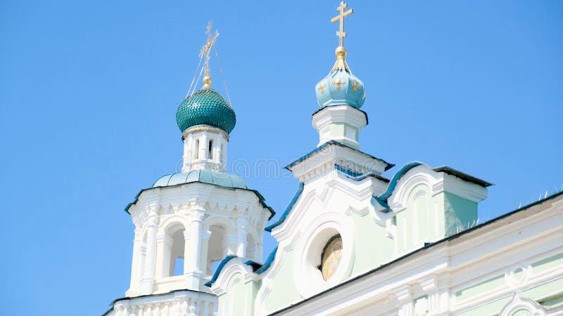 Άποψη της άσπρης εκκλησίας μια ηλιόλουστη ημέρα r Παλαιά άσπρη εκκλησία σε ένα υπόβαθρο μπλε ουρανού στοκ φωτογραφία με δικαίωμα ελεύθερης χρήσης