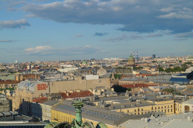 Άποψη της Αγία Πετρούπολης από την κιονοστοιχία του καθεδρικού ναού του ST Isaac ` s στοκ εικόνες