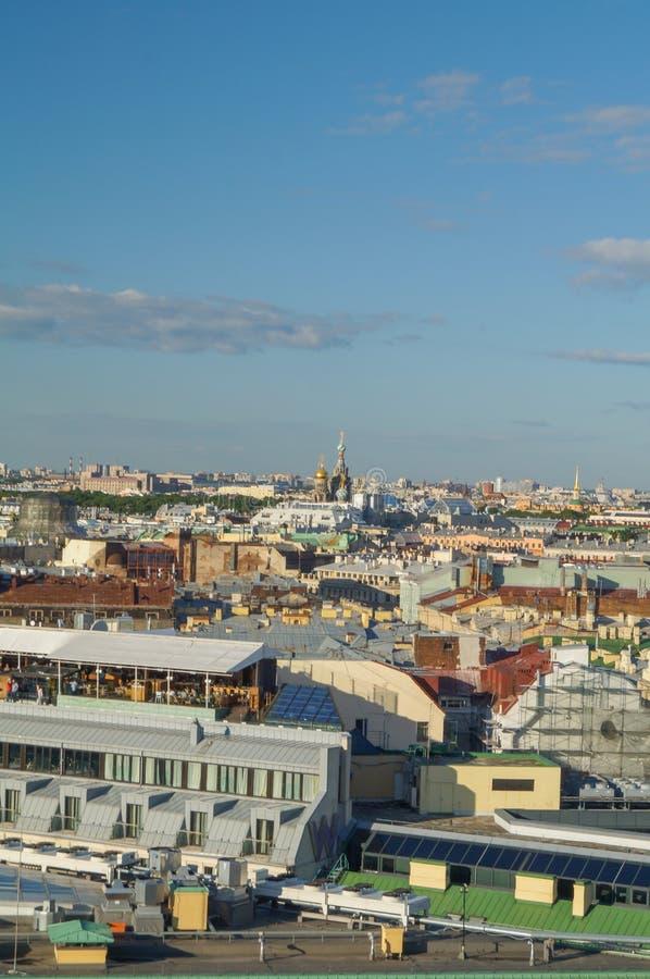 Άποψη της Αγία Πετρούπολης από την κιονοστοιχία του καθεδρικού ναού του ST Isaac ` s στοκ φωτογραφία με δικαίωμα ελεύθερης χρήσης