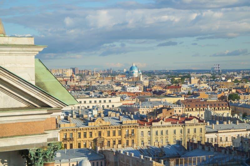 Άποψη της Αγία Πετρούπολης από την κιονοστοιχία του καθεδρικού ναού του ST Isaac ` s στοκ εικόνα