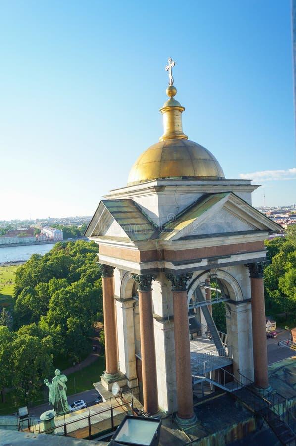 Άποψη της Αγία Πετρούπολης από την κιονοστοιχία του καθεδρικού ναού του ST Isaac ` s στοκ φωτογραφίες