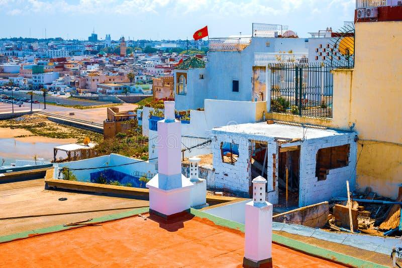 Άποψη της ακτής από τη στέγη ενός παραδοσιακού κτηρίου στην πόλη της Rabat, Μαρόκο στοκ εικόνα με δικαίωμα ελεύθερης χρήσης