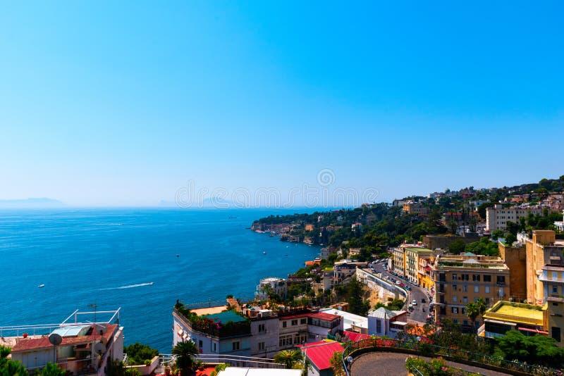 Άποψη της ακτής της Νάπολης με το σαφή μπλε ουρανό Ιταλία, Ευρώπη στοκ φωτογραφίες με δικαίωμα ελεύθερης χρήσης
