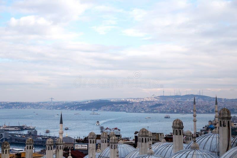 Άποψη της αντίθετης πλευράς του Bosphorus από τον κήπο του μουσουλμανικού τεμένους Suleymaniye στοκ εικόνες