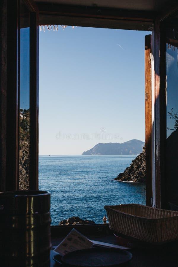 Άποψη της από τη Λιγουρία θάλασσας μέσω ενός ανοικτού παραθύρου σε Manarola, Cinque στοκ φωτογραφία με δικαίωμα ελεύθερης χρήσης