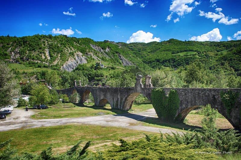 Άποψη της αρχαίας γέφυρας Bobbio, Piacenza γέφυρα επάνω σχετικά με τον ποταμό Trebbia, Ιταλία στοκ φωτογραφία με δικαίωμα ελεύθερης χρήσης