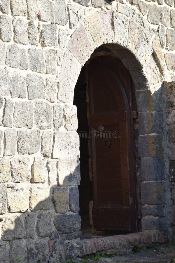 άποψη της αρχαίας σχηματισμένης αψίδα πέτρα πόρτας στοκ φωτογραφίες