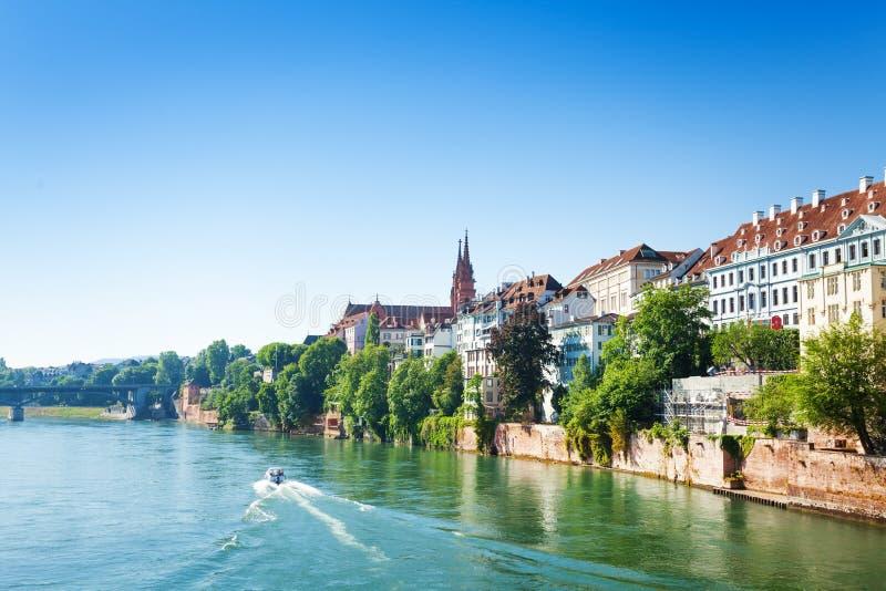 Άποψη της Βασιλείας από τον ποταμό του Ρήνου στην Ελβετία στοκ εικόνες
