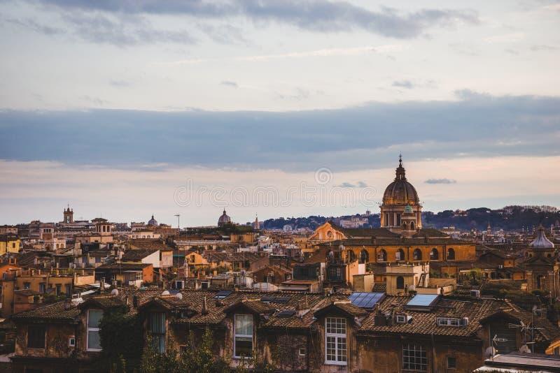 άποψη της βασιλικής και των κτηρίων του ST Peters στη Ρώμη, Ιταλία στοκ εικόνες