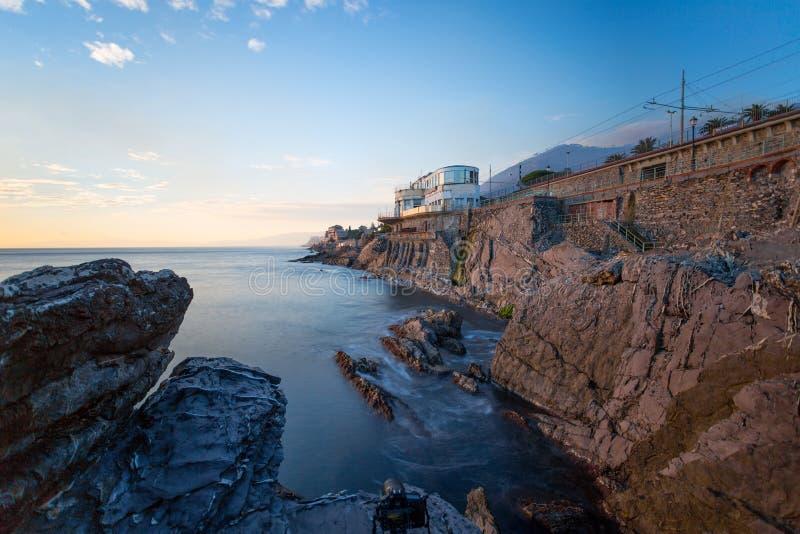 Άποψη της Γένοβας Nervi, της Ιταλίας, των απότομων βράχων και του περιπάτου, μακροχρόνια έκθεση στοκ εικόνα με δικαίωμα ελεύθερης χρήσης